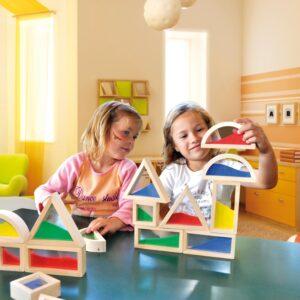 Kinder spielen mit Sensorikbausteinen