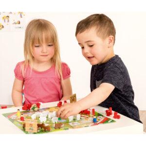 Kinder spielen das Tischspiel Lustige Bauernhoftiere