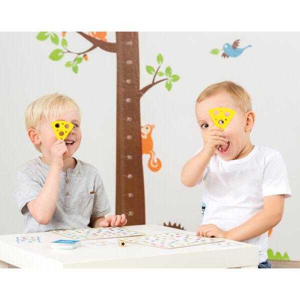 Kinder spielen das Tischspiel Tempo Toni