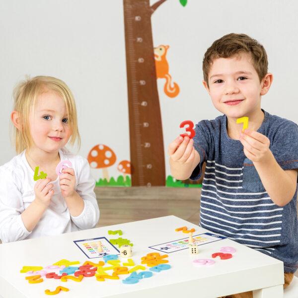 Kinder spielen Tischspiel Fang die Zahl