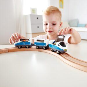 Kind spielt mit Intercity Zug
