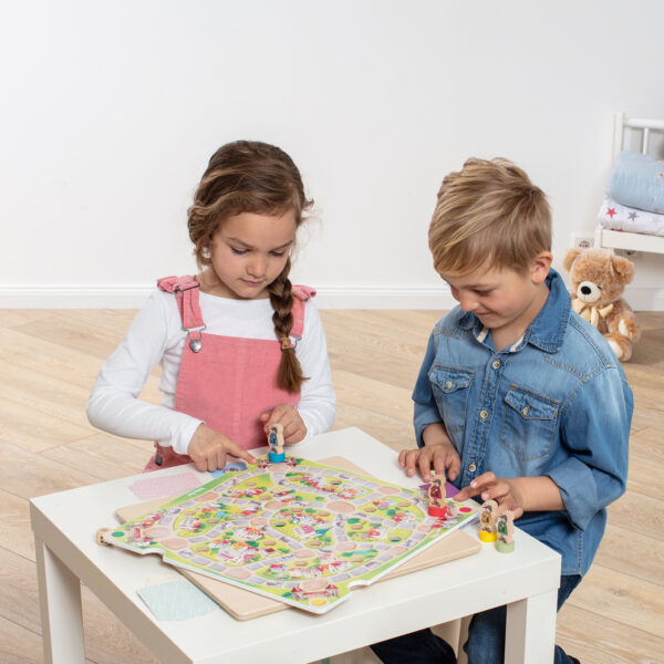 Kinder spielen Tischspiel Kleine Stadt