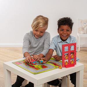 Kinder spielen Tischspiel Feueralarm