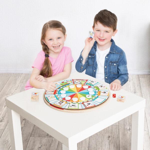 Kinder spielen Tischspiel Vergnügungspark