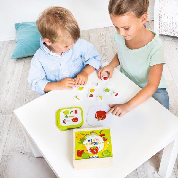 Kinder spielen Tischspiel Mias Garten