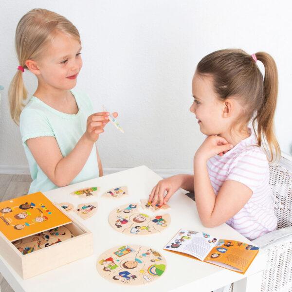 Kinder spielen mit Lernpuzzle Humanico Emotionen