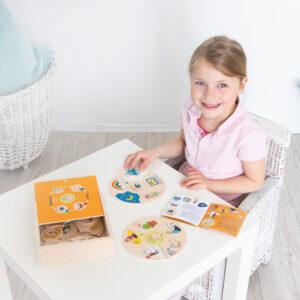 Kind legt Lernpuzzle Humanico 5 Sinne