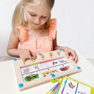 Kind spielt Logiturn Lernspiel Zuordnen
