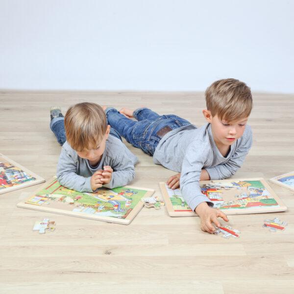 Kinder spielen mit Rahmenpuzzles für Kinder in Kindergarten- und Schulalter