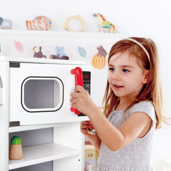 Kind spielt mit multifunktionaler Spielküche für Kinder