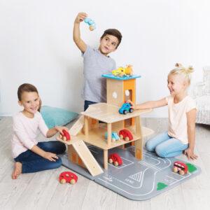 Kinder spielen mit XXL City Parkhaus