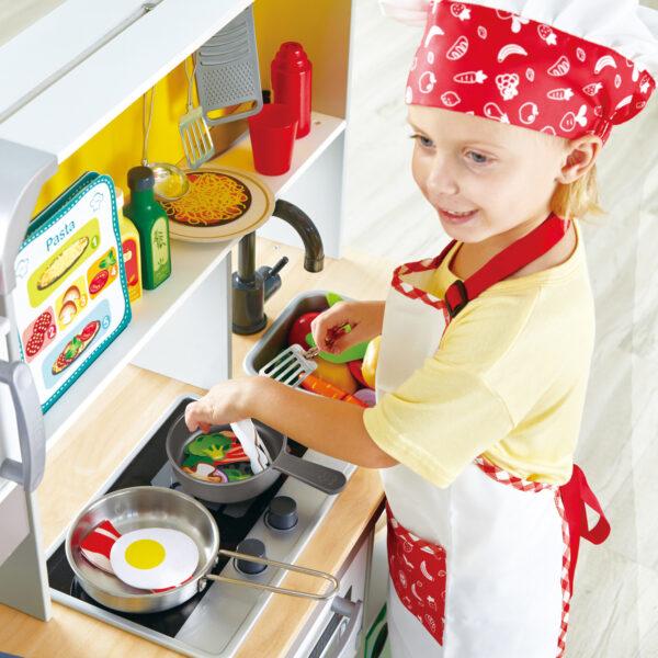 Kind spielt mit Deluxe Spielküche mit Mikrowelle