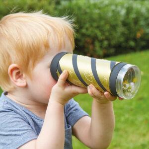 Kind schaut durch das Entdecker Kaleidoskop