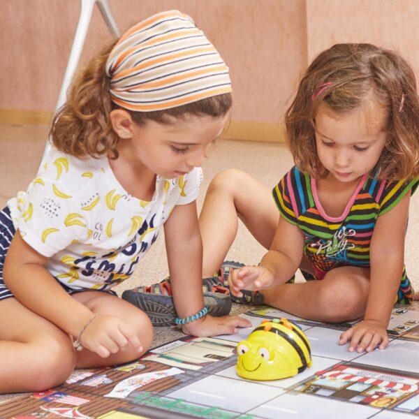 Kinder spielen mit Bee-Bot® programmierbarer Roboter für Kinde