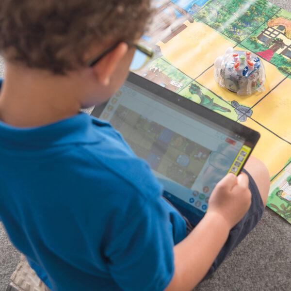 Kind steuert Blue-Bot® programmierbarer Roboter