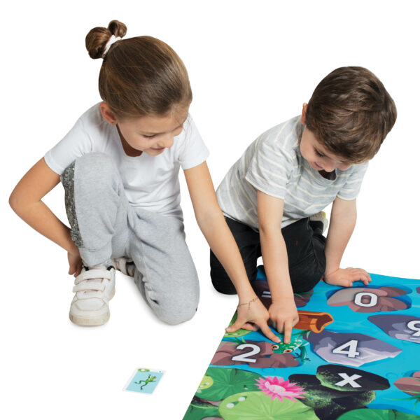 Kind spielen auf Spiel- und Lernteppich