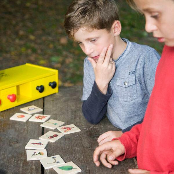 Kinder spielen mit Memolo Memory von olifu