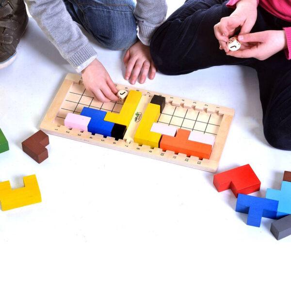 Kinder spielen mit Quadrata Tischspiel von olifu