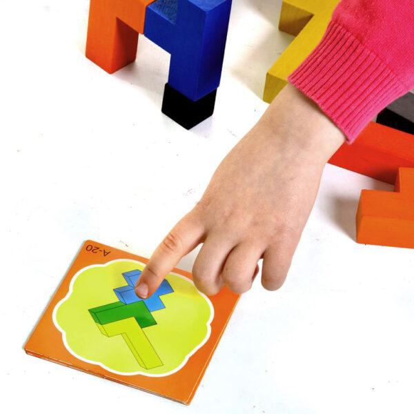 Kind spielt mit Quadrata Tischspiel von olifu