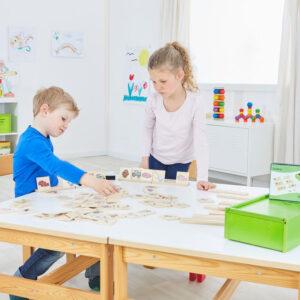 Kinder spielen mit Audima Erkennen von Geräuschen