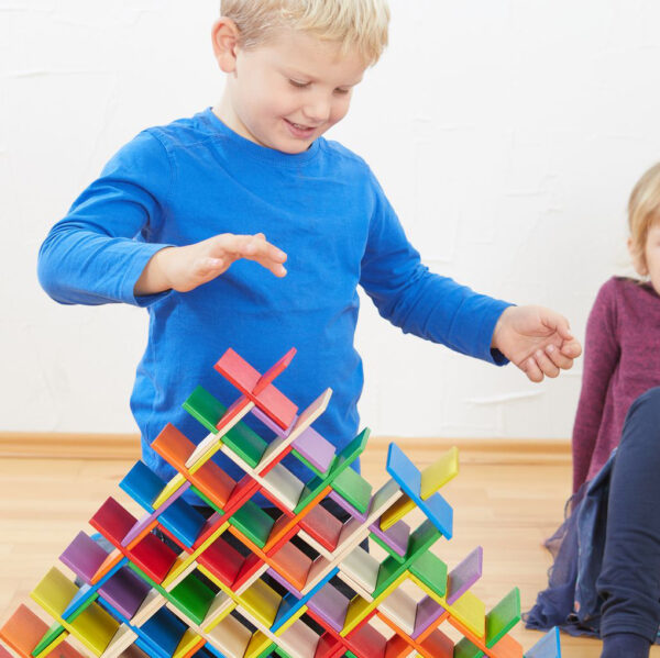 Kind spielt mit Konstruktionsmaterial von olifu