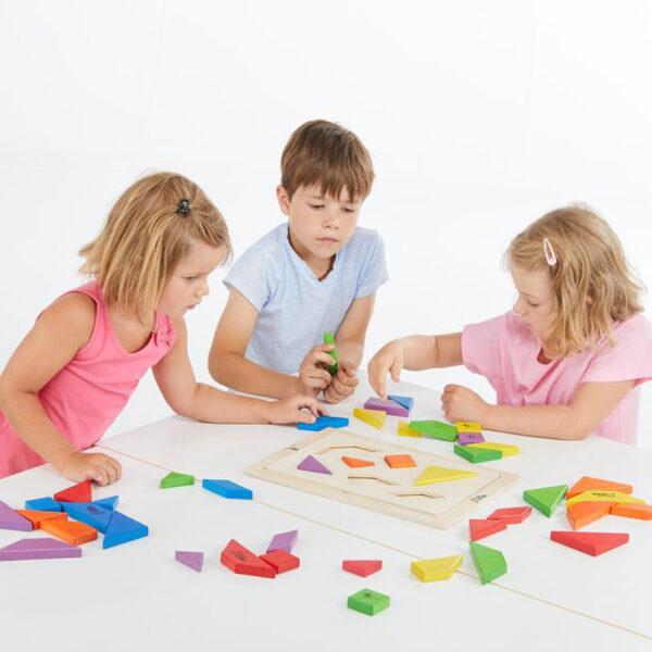 Kinder spielen mit Lernspiel Tangala Konzept