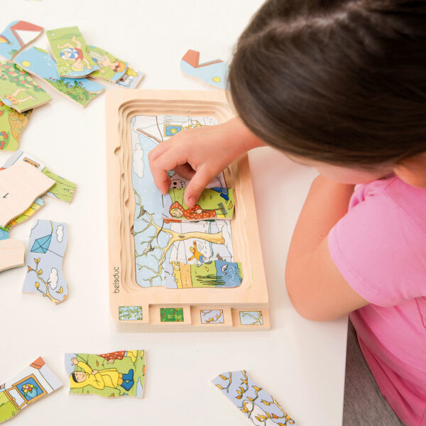 Kind spielt mit Lagenpuzzle 4 JAHRESZEITEN