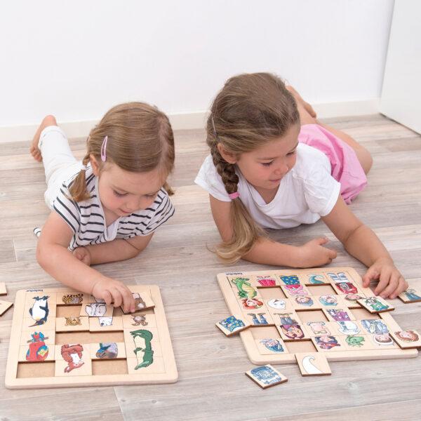 Kinder spielen mit dem Puzzle Match & Mix Tierreich