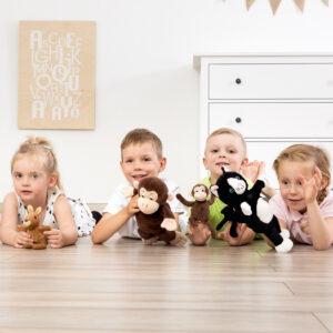 Kinder spielen mit Mutter Kind Handpuppen Tiere