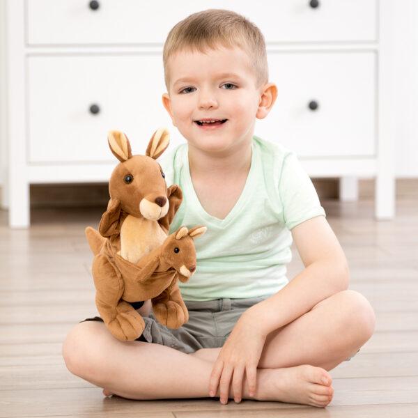 Kind spielt mit Mutter Kind Handpuppe Känguru