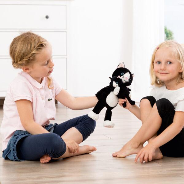Kind spielt mit Mutter Kind Handpuppe Katze