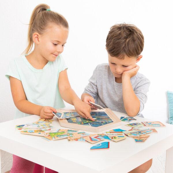 Kinder spielen Lagenpuzzle ZUHAUSE