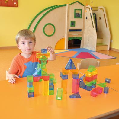 Kind spielt mit TRansparentbausteine 50-teilig