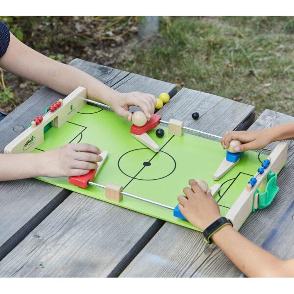 Kinder spielen mit olifu Fußballkicker
