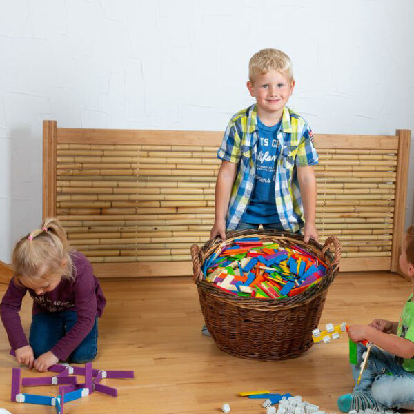 Kind spielen mit Bambula Konstruktionsmaterial von olifu