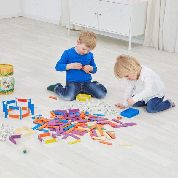 Kinder spielen mit Bambula Konstruktionsmaterial von olifu
