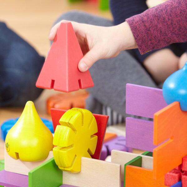 Kind spielt mit Bau DIr Was Türme Konstruktionsmaterial von olifu