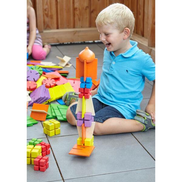 Kind baut mit Bau Dir Was Konstruktionswürfel klein
