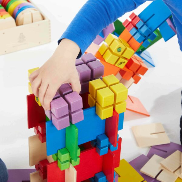Kind baut mit Bau Dir Was Konstruktionswürfel groß
