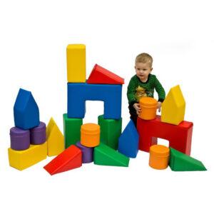 Kind spielt mit Mini Softbausteinen von olifu